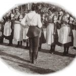 Nácvik tancov Baníckeho poriadku v Novej Bani v roku 1938. Foto Alexander Várady.