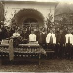 Photo of bidding last farewell to deceased miner outside the Mine Chapel (the first half of the 20th century)