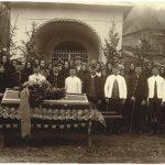 Fotografia z poslednej rozlúčky s baníkom pred baníckou kaplnkou (prvá polovica 20. storočia)