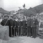 Novobanskí baníci a členovia folklórneho súboru Vojšín zhromaždení pri ústí šachty Jozef v roku 1972